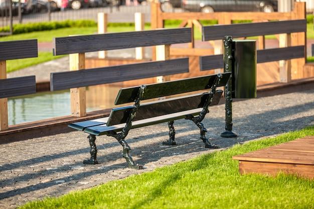 Na zewnątrz ławki w parku w pobliżu rzeki