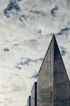 Na zewnątrz nowoczesnego budynku biznesowego