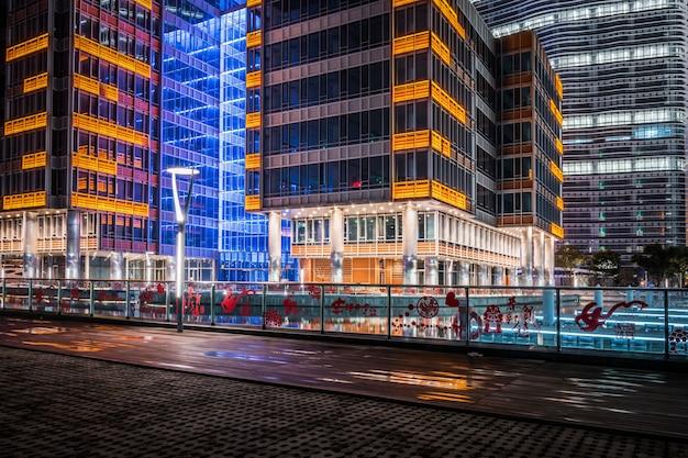 Na zewnątrz nowoczesnych budynków