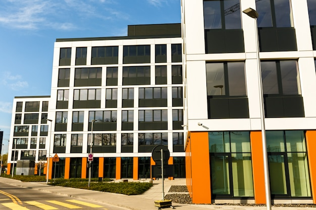 Na zewnątrz nowych budynków w nowoczesnym sąsiedztwie