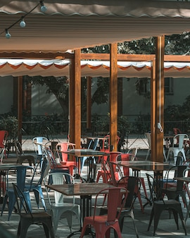Na zewnątrz opróżnij stoły i krzesła w kawiarni w słoneczny dzień