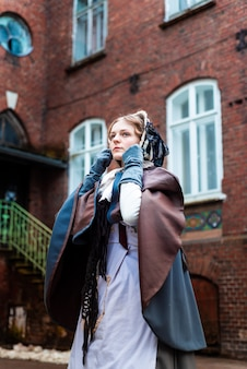 Na zewnątrz portret młodej kobiety wiktoriańskiej spaceru po starym mieście