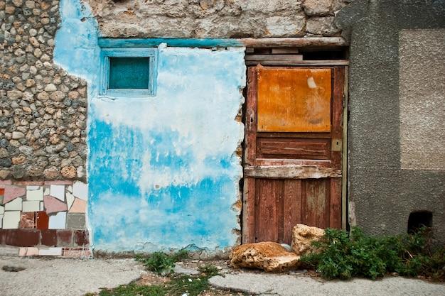 Na zewnątrz starego domu w mieście eupatoria bez okien. wzór wystroju zewnętrznego z różnych okresów historycznych