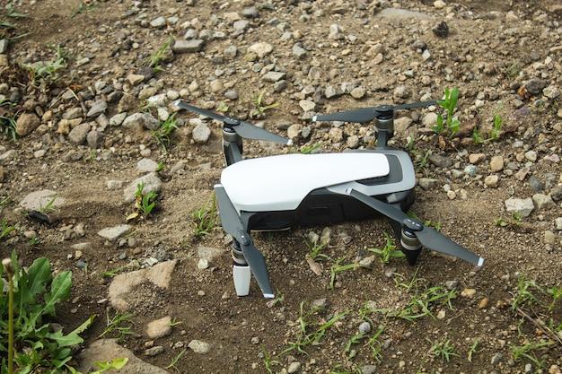 Na ziemi stoi mały dron