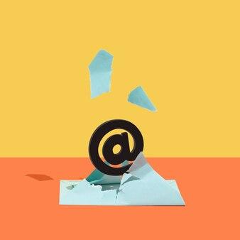 Na znak e-mail wyskoczył z niebieskiej koperty na pomarańczowym i żółtym tle. minimalna koncepcja. kwadrat z miejscem na kopię.