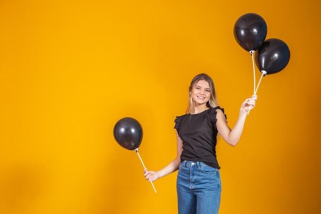 Na żółtym tle z powietrza balony studio portret. wyprzedaż w czarny piątek