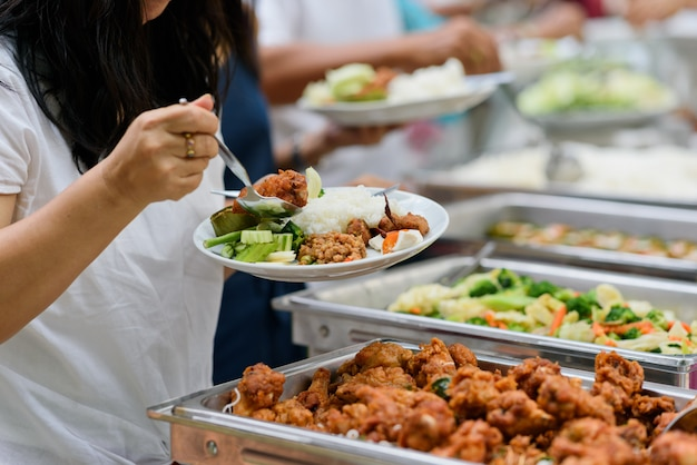 Nabieranie jedzenia, jedzenie w formie bufetu w restauracji, catering