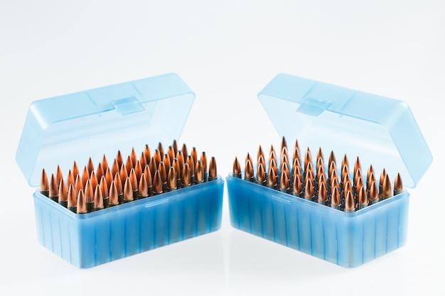 Naboje myśliwskie w plastikowym pudełku. kula do przechowywania kul.