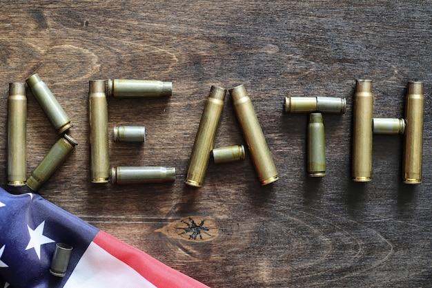 Naboje na drewnianym tle napis o wojnie