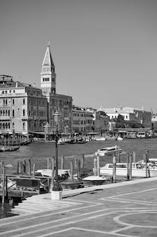 Nabrzeża canal grande w wenecji, włochy. czarno-biały wenecki pejzaż miejski