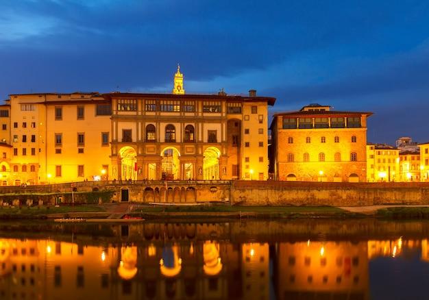 Nabrzeże arno ze światowej sławy muzeum uffizi w nocy, florencja, włochy