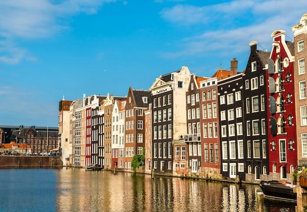 Nabrzeże damrak w amsterdamie w holandii