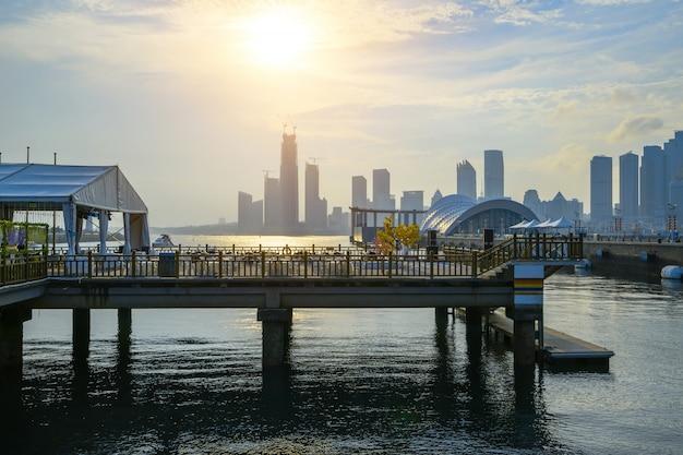 Nabrzeże handlowe i nowoczesna architektura miejska w qingdao, chiny