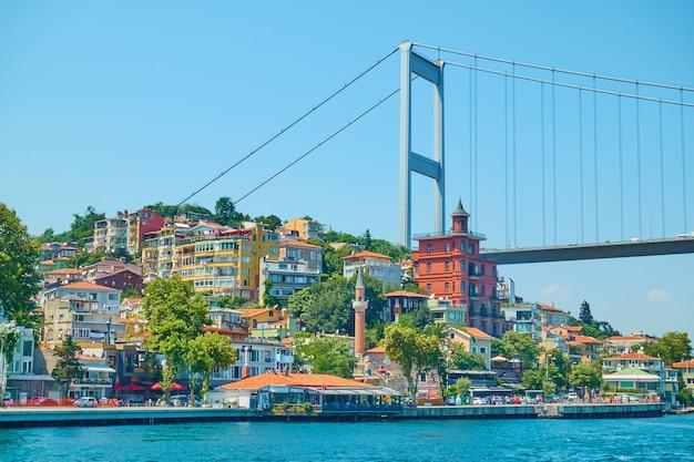 Nabrzeże i most fatih sultan mehmet nad cieśniną bosfor, stambuł, turcja