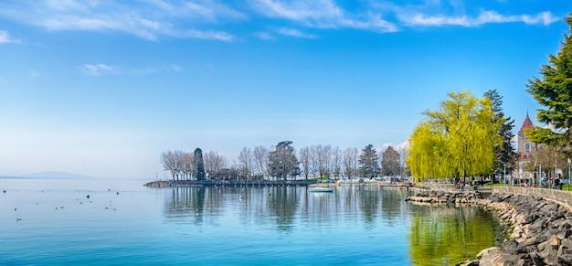 Nabrzeże jeziora genewskiego (lac leman) w lozannie