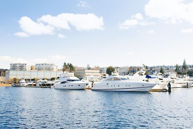 Nabrzeże jeziorny waszyngton z cumującymi jachtami blisko brzeg