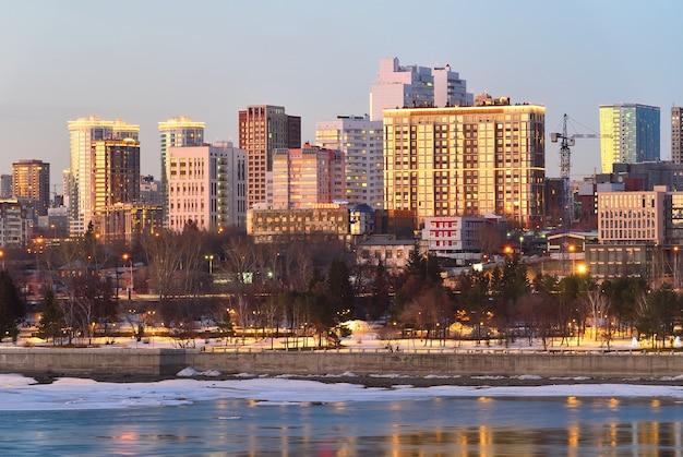 Nabrzeże nowosybirska wieczorem wysokie wielopiętrowe budynki śródmieścia nad brzegiem