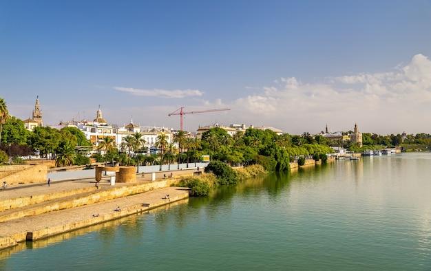 Nabrzeże rzeki gwadalkiwir w sewilli - hiszpania, andaluzja