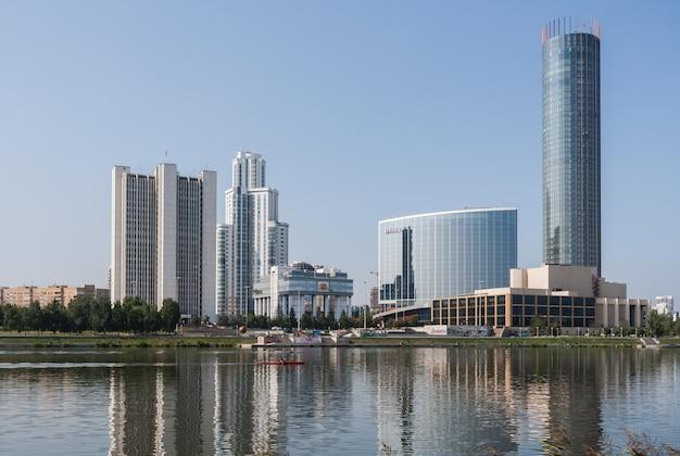 Nabrzeże rzeki iset w centrum miasta.