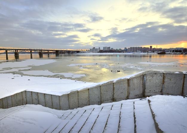 Nabrzeże rzeki ob w nowosybirsku schody granitowe oktyabrsky most samochodowy na zimę
