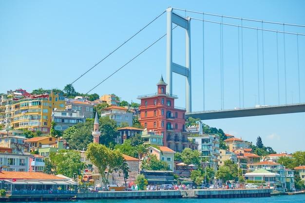 Nabrzeże w pobliżu mostu fatih sultan mehmet w stambule, turcja
