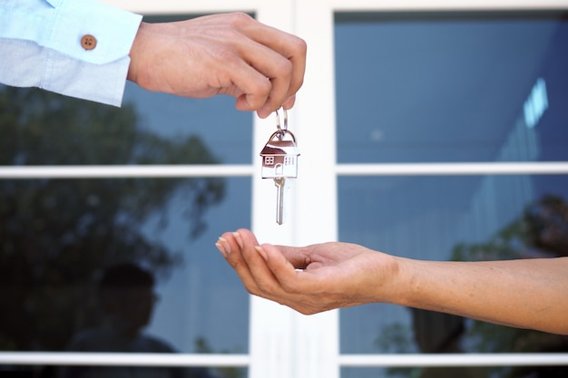 Nabywcy domu zabierają klucze do domu od sprzedawców. sprzedawaj swój dom, wynajmuj dom i kupuj pomysły.