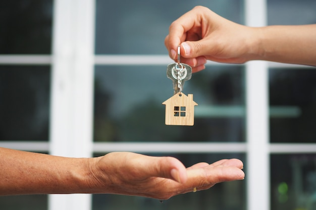 Nabywcy domu zabierają klucze do domu od sprzedawców.