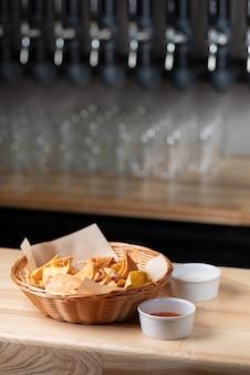 Nachos, chipsy kukurydziane na talerzu w restauracji