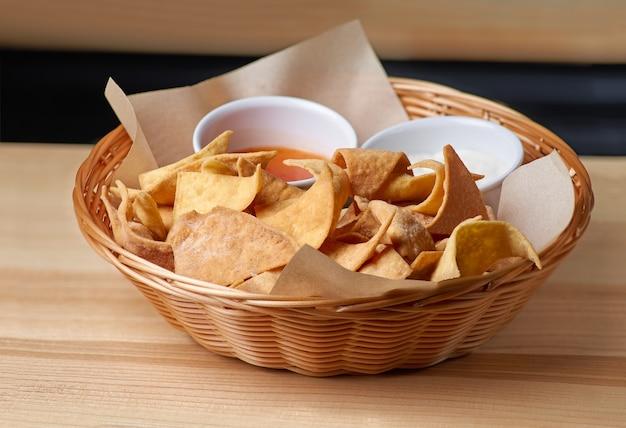 Nachos, chipsy kukurydziane na talerzu