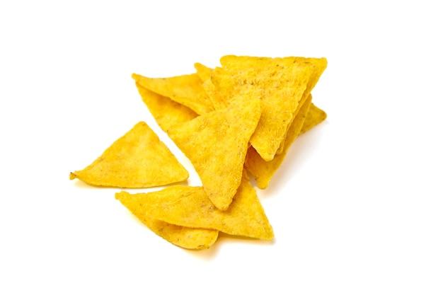 Nachos, chipsy kukurydziane, przekąska na białym tle, widok z góry. rozrzucone fast foody, odpowiednie dla wegetarian. tradycyjne meksykańskie jedzenie. selektywna ostrość