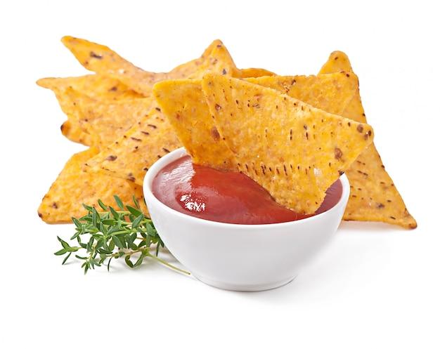 Nachos i dip pomidorowy ozdobiony liśćmi tymianku