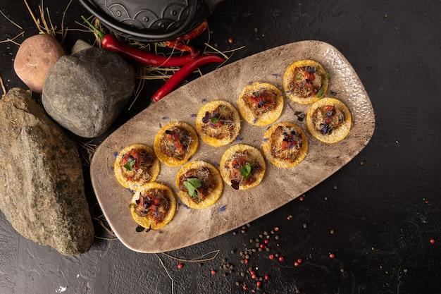 Nachos - pikantne meksykańskie danie z chipsów ziemniaczanych i marynowanego mięsa z przyprawami