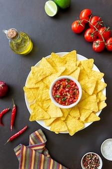 Nachos z chipsami kukurydzianymi z dipem salsa. meksykańskie jedzenie. jedzenie wegetariańskie.