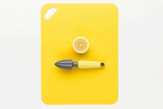Naciśnij na cytrynę z cytryną na żółtym tle