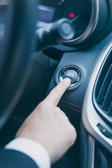 Naciśnij przycisk startowy samochodu, aby uruchomić pojazd