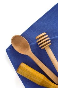 Naczynia drewniane na serwetki stołowe na białym tle