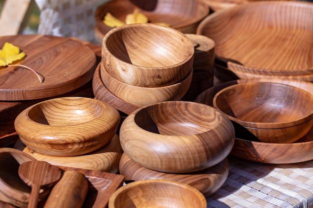 Naczynia drewniane, naczynia kuchenne z naturalnego drewna, talerze i materiały