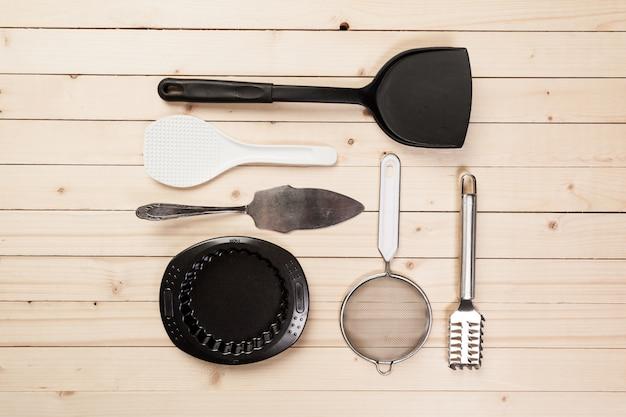 Naczynia i akcesoria na drewnianym stole.