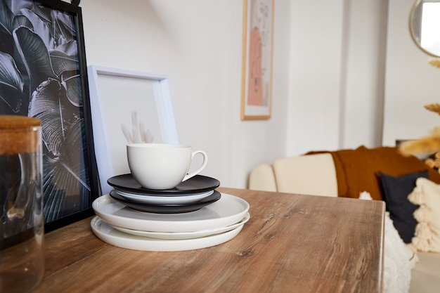 Naczynia i filiżanka. nowoczesne minimalne wnętrze kuchni w stylu eko. naturalnie jasne mieszkanie w modnym stylu