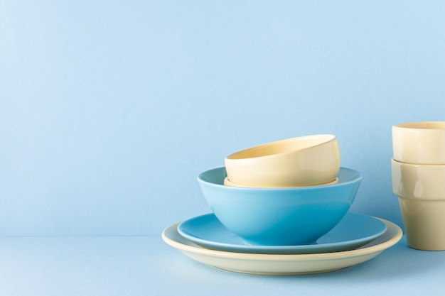 Naczynia i sztućce na niebieskim, pastelowym tle