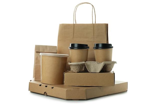 Naczynia jednorazowe do dostawy na białym tle