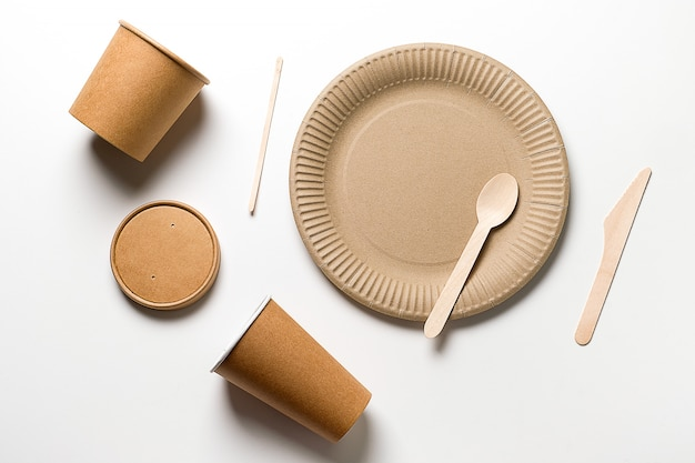 Naczynia jednorazowe wykonane z drewna bambusowego i papieru.
