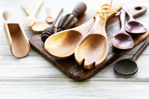 Naczynia kuchenne drewniane sztućce na białym tle drewnianych