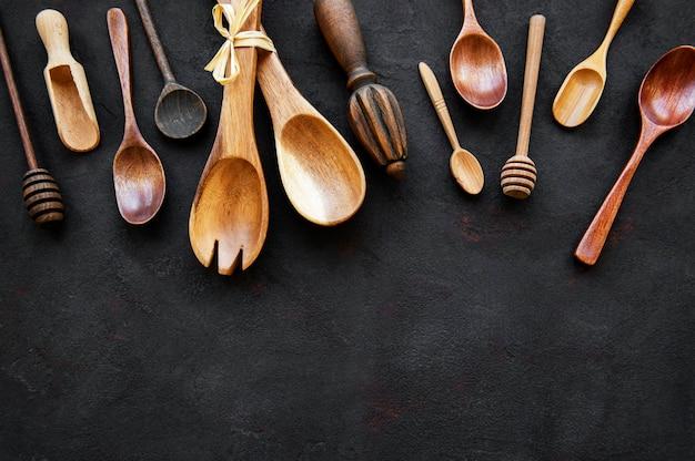 Naczynia kuchenne drewniane sztućce na czarnym tle