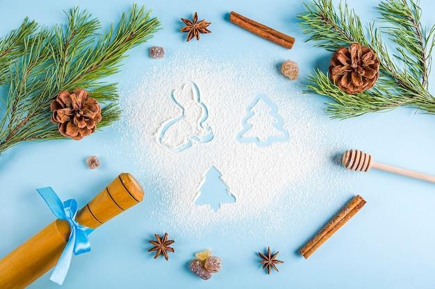 Naczynia kuchenne i dekoracje z mąki na niebieskim tle