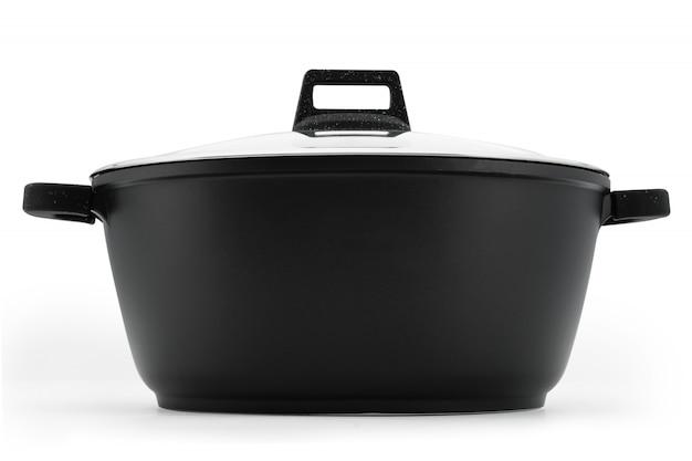 Naczynia kuchenne kocioł kocioł czarny metal szklana pokrywa izolować na białym tle.