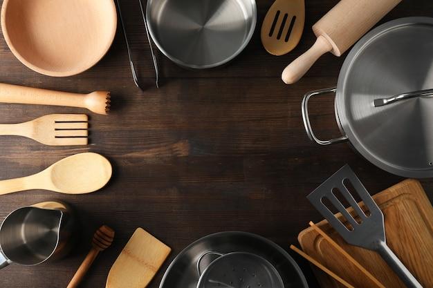 Naczynia kuchenne na drewniane tła, miejsca na tekst.