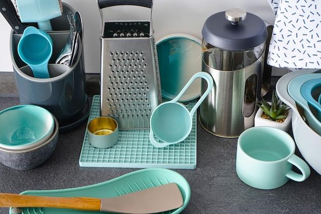 Naczynia kuchenne na powierzchni kuchni, zbliżenie.
