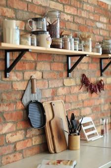 Naczynia kuchenne na ścianie