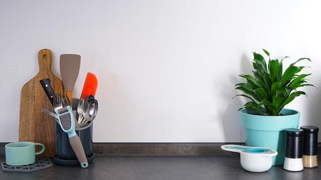 Naczynia kuchenne na tle kuchni, miejsce na tekst. wnętrze kuchni, tło.